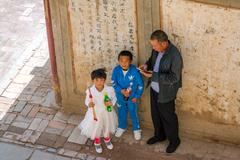ZHANGYE, CHINA - JUNE 26 2016: Boy and a girl with their father by the Hoof Temp Kuvituskuvat
