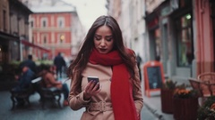 Close up view of attractive stylish girl uses phone while wondering in the city Arkistovideo