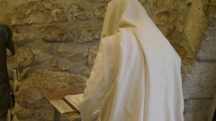 Jewish man in shawl prays at the wailing wall in jerusalem Stock Footage