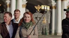 Tourist asks guide about monument, guide answers. Other tourists make photo and Stock Footage