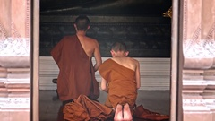 4K Buddhist monks praying at Buddhist temple Wat Chedi Luang in Chiang Mai-Dan Stock Footage