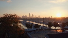 CLEVELAND, SKYLINE, APPROACH OVER MARINA WITH SUNRISE, AERIAL Arkistovideo