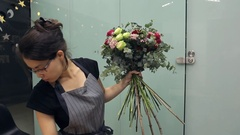How to create a mixed flower hand tied tutorial with roses bouquet Stock Footage