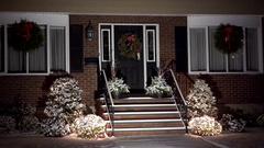 4K Christmas holiday wreaths, lite snowfall Stock Footage