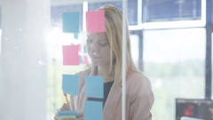 4K Close up portrait businesswoman brainstorming with sticky notes in office Arkistovideo