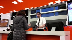 Motion of people asking about repair computer price fix at Geek squad section Stock Footage