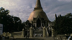 Thailand 1982: people at the entrace of a Buddhist temple Stock Footage