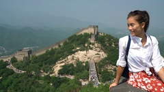 Great Wall of China - tourist on Asia travel looking at Chinese landscape Arkistovideo