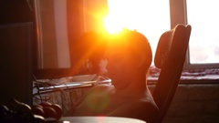 Young business man working on a computer at home through the sun, in view of the Stock Footage