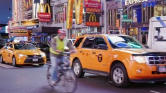 New York City, USA - OKTOBER, 2016: The intense traffic of cars and pedestrians Stock Footage
