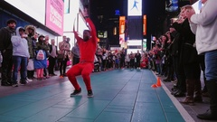 New York City, USA - OKTOBER, 2016: The evening show for the crowd in Times Stock Footage