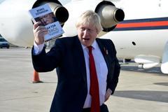 Boris Johnson with his book, The Churchill Factor Stock Photos