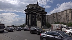 Dense traffic on Kutuzovsky prospect, Moscow Triumphal Arch stand in middle Stock Footage