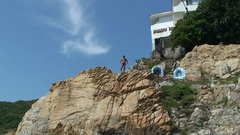 Quebrada cliff diver climp the cliff and look around. Mexico, Acapulco. Stock Footage