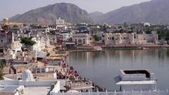 Hindu pilgrims gather on the ghats to bathe at the holy sacred Pushkar Lake duri Stock Footage