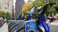 New York City, USA - OKTOBER 26, 2016: City Bikes in New York. By passers Stock Footage