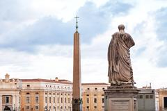 Statue Apostle Peter, obelisk on St Peter Square Stock Photos