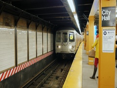 New York, USA - OKT, 2016: Metro train arrives at station City Hall in NYC Stock Footage
