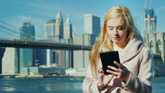 Technology in the big city. Young woman enjoying a plate against the background Stock Footage