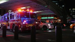 New York, USA - OKT, 2016: Big red fire truck with flashing lights. It stands on Stock Footage