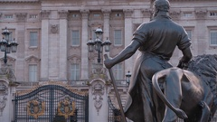 A hot spot for tourists - Buckingham Palace in London Stock Footage