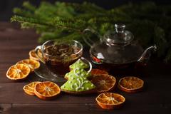 Tea cup with decorations, with gingerbread cookies and oranges for Christmas Stock Photos