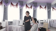 Master class for make-up artists. Working with eyeshadow. Stock Footage