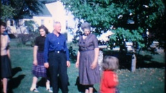 Dad films the family gathering in the backyard, 3868 vintage film home movie Stock Footage
