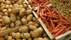 Carrots and potatoes at a farmers market Stock Footage