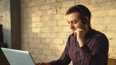 Call center agent speaking with costumer Arkistovideo