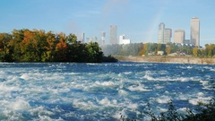 NIAGARA FALLS, NY - OKTOBER 21, 2016: The rapid flow of the river in front of Stock Footage