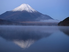 Peaceful view of Mount Fuji right before sunrise from Lake Yamanaka, Yamanashi Stock Footage
