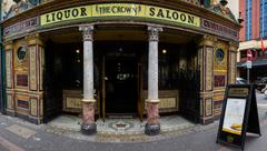 The Crown Saloon Bar Belfast North Ireland Exterior Entrance Stock Photos