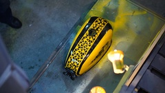 Painted the yellow fuel tank of a custom motobike in the garage Arkistovideo