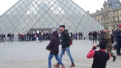 PARIS, FRANCE - DECEMBER, 31, 2016. Tourist posing and making photos near the Stock Footage