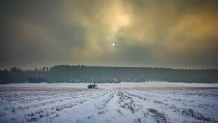 (4k) Time-lapse landscape of winter snowy field under cloudy sky. Calm weather i Stock Footage