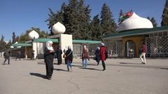 Students walks towards the entrance of University of Jordan in Amman Stock Footage