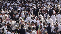 Jewish Orthodox men gather for priestly blessing at Western Wall in Jerusalem Stock Footage