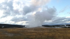 Old faithful geyser erupting, at yellowstone national park, in Wyoming, Uni.. Stock Footage