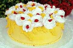 Chatilly cream white roses decoration yellow cake Stock Photos