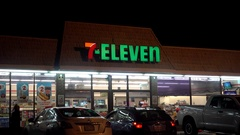 7-Eleven grocery market convenience store customers Stock Footage