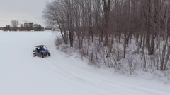 Aerial utv 4x4 driving through snowy field and corner ascending tilt view 4k Arkistovideo