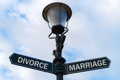 Divorce versus Marriage directional signs on guidepost Kuvituskuvat